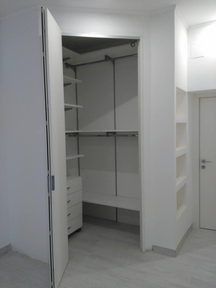 Cabina armadio ad angolo con mensole e pannelli schienale - Cassettiera per cabina armadio ...